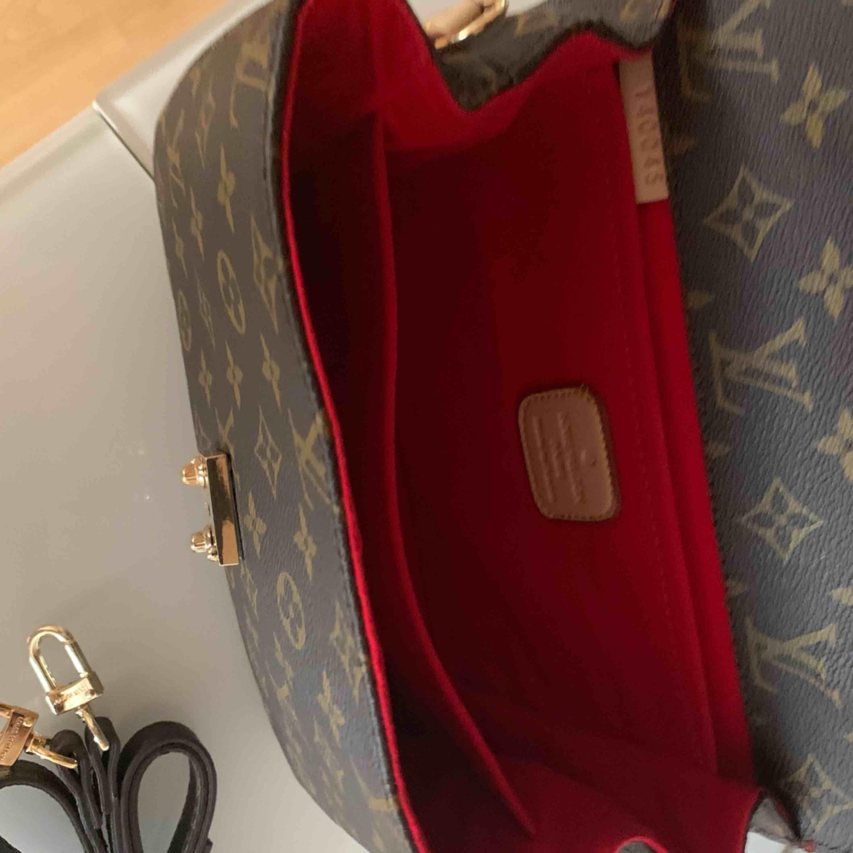 Julklapp väska inspirerad  Louis Vuitton Pochete metis Aa kopia Längd 24 cm, bredd 6 cm, höjd 18 cm. Oanvänd    Kan fraktas spårbar. Väskor.