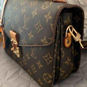Julklapp väska inspirerad  Louis Vuitton Pochete metis Aa kopia Längd 24 cm, bredd 6 cm, höjd 18 cm. Oanvänd    Kan fraktas spårbar