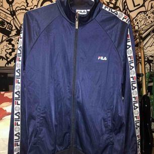 Skitsnygg blå fila tracktop/tröja ish. Nypris är 699 kr. Möta upp i Stockholm eller köparen står för frakt💞💞💞