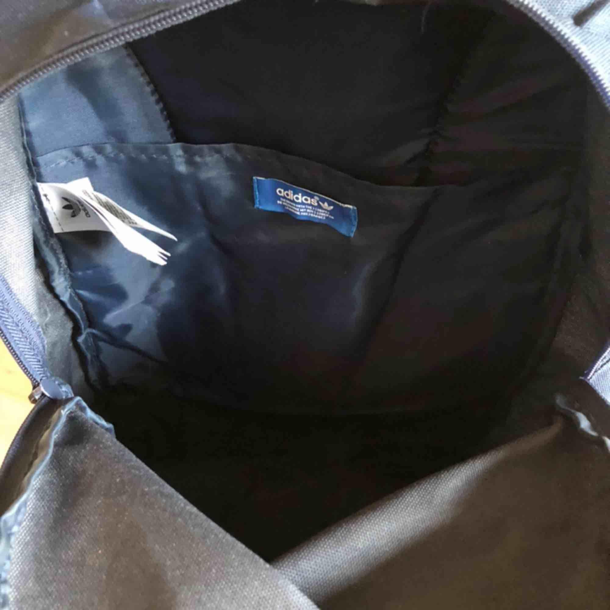 Bra skick! Adidasryggsäck marinblå. Skickar ej men möter gärna upp i Älvsjö/telefonplan/hornstull. Väskor.