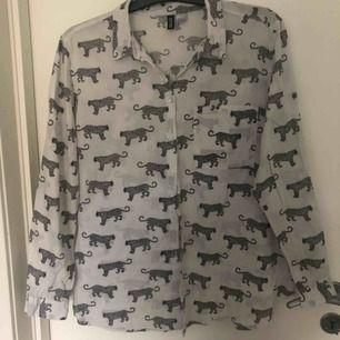 Cool skjorta från H&M i storlek 44. Passar snyggt som en oversize skjorta!