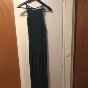 Mörkgrön långklänning, Willow dress. Använd en gång. Orginalpris: 1399 kr. Öppen rygg