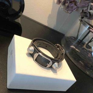 Balenciaga armband i helt perfekt skick! Inget märke eller slitning någonstans, låda ingår. Köpare står för frakten ⚡️🖤🦋