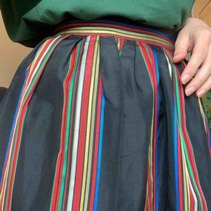 Oanvänd kjol från beyond retro, står ingen storlek så gissar på storlek 34. Men en skulle kunna flytta på en knapp vid midjan och skulle eventuell passa en storlek 36. Frakt 42kr