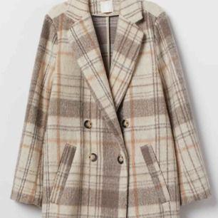 Super populär kappa från H&M som knappt är använd. Säljer för att det inte riktigt är min stil. Skriv för fler bilder på den osv ❤️