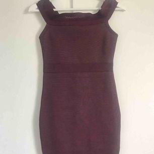 Vinröd klänning, off-shoulder