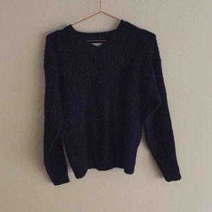 Marinblå Stickad tröja från Levi's i ullblandning. Bra skick!