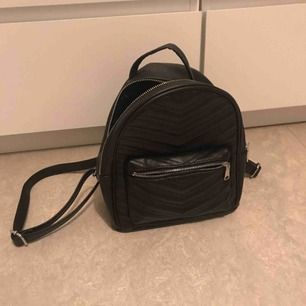Mini ryggsäck från HM. Nästan oanvänd. Inga skador.