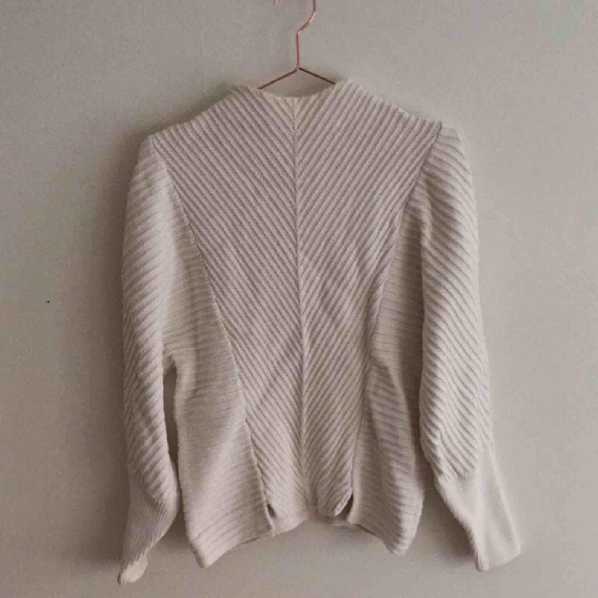 Ljuvlig stickad tröja från other stories i 100% bomull. Hög krage. Otrolig form! Köparen står för frakt. . Stickat.