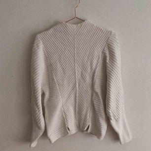Ljuvlig stickad tröja från other stories i 100% bomull. Hög krage. Otrolig form! Köparen står för frakt.