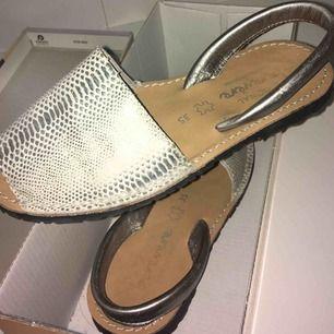 Sandaler köpa för något år sen, använda vid två tillfällen. Storlek 35, men passar 36a. Äkta läder!