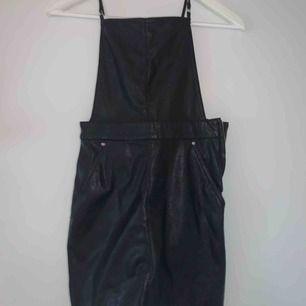 Klänning i skinn-imitation, frakt 55