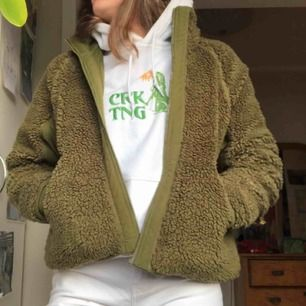 Grön Fleece jacka från weekday, bra skick förutom dragkedjan i mitten som inte funkar men brukar ändå aldrig ha den stängd så det har inte stört mig. Frakt 79kr