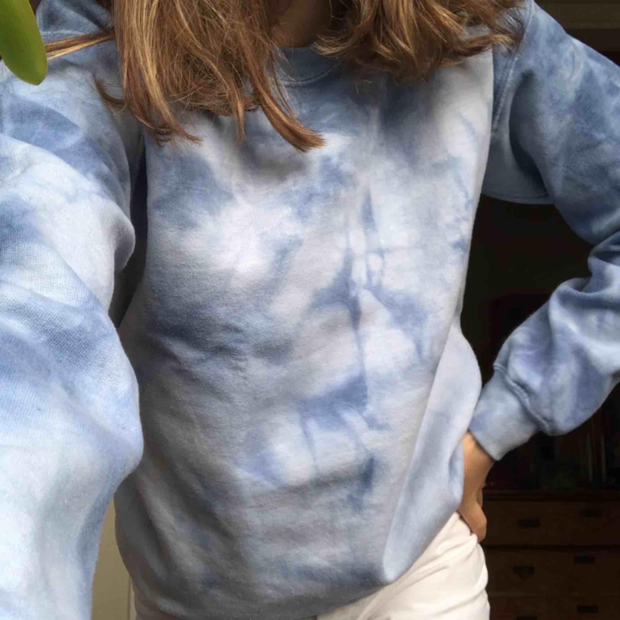 Batik sweatshirt från Urban outfitters i mycket bra skick, frakt 59kr. Huvtröjor & Träningströjor.