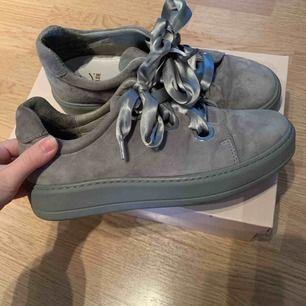 Helt nya skor från K.cobler, mocka material! Ingår ett par extra skosnören (se bild). Frakt 63:- orginalpris 1100