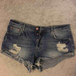 """Jeans-shorts med """"slitningar"""". Priset inkluderar frakten, kan annars hämtas i Strängnäs."""