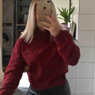 Suupermysig varm hoodie i en fin vinröd färg från Cubus! Endast andvänd en gång så kvaliten är så gott som ny🤗  Den har även en ficka där fram vilket dock ej framgår på bilderna, skriv för fler bilder💞💞