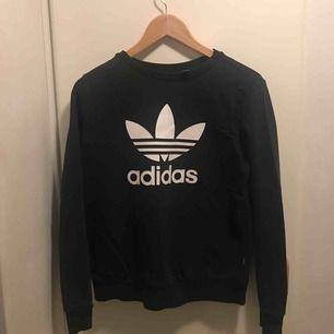 Tjocktröja från Adidas som är köpt förra året men är fortfarande i bra skick! Säljer på grund av den inte längre används. Pris kan diskuteras! OBS. Du står för frakten! Betala produkten genom swish!