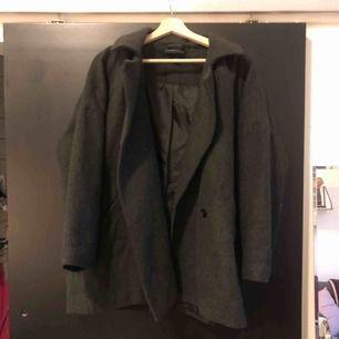 Oversize mörkgrå jacka/kappa från Monki. Frakt tillkommer!
