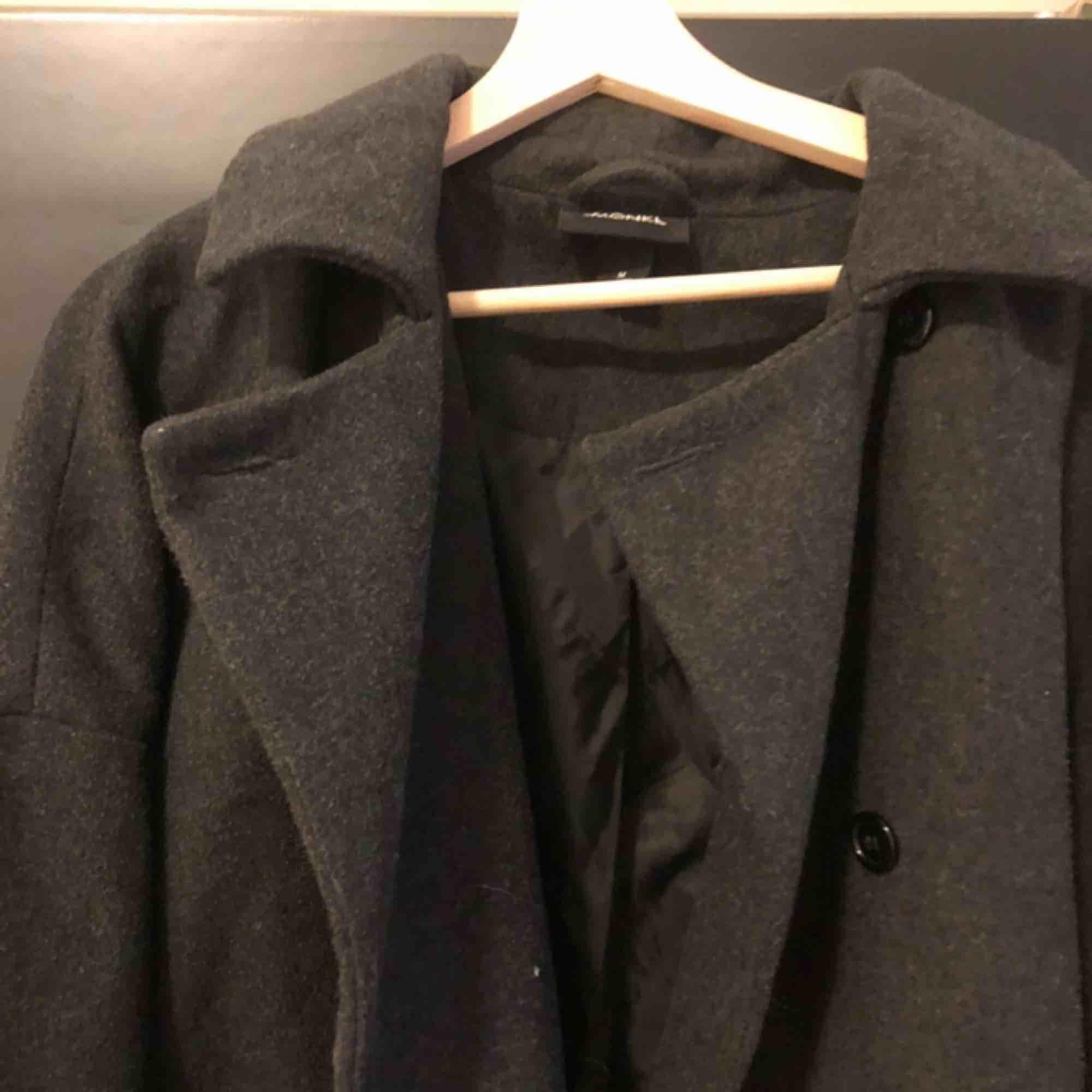Oversize mörkgrå jacka/kappa från Monki. Frakt tillkommer! . Jackor.
