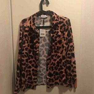 Leopardskjorta från NAKD. Helt oanvänd då lappen fortfarande finns kvar.   OBS. Du står för frakten! Betala produkten genom swish!