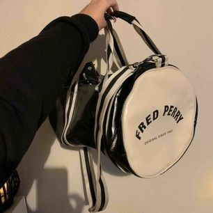 Fred Perry classic duffel bag i fint skick som ej kommer till användning längre. Frakt är inräknat i priset.