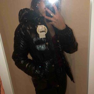 En svart lackad/glansig jacka ifrån Wolff-wear. Prislapparna är på, oanvänd och helt ny! Säljs pga att den inte var min klädstil. Svincool jacka, men passar inte mig😊 Köparen står för frakt & kan mötas.