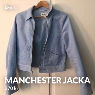 snygg Manchester jacka från Monki i babyblå färg <3 9/10 i skick då den knappt är använd, hmu💖💕💓
