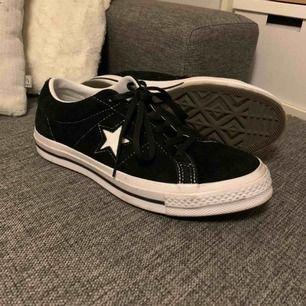 Säljer dessa Converse one star's i mycket fint skick! Endast använda ett fåtal gånger🌹❣️ Pris kan diskuteras🌸