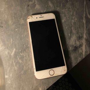 iPhone 6s 64gb, roséguld. Funkar som den ska men är sprucken på framsidan. Baksidan endast lite repig. Ingenting som stör telefonens funktion. Genomskinligt skal medkommer (inga andra tillbehör) om så önskas! 😃