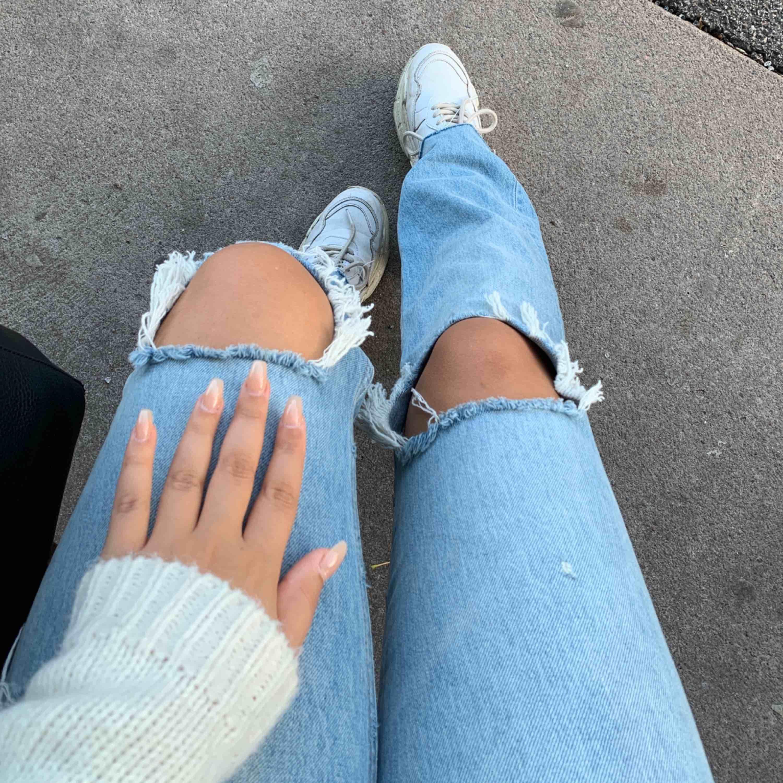 Jättesnygga jeans från Zara som jag tyvärr inte får användning för... jättefint skick! Köparen står för frakten☺️. Jeans & Byxor.