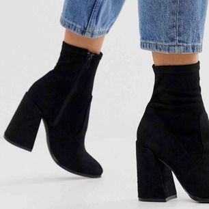 Supersnygga och dessutom sköna mocka boots med en blockheel i svart. Tajt modell som forsätter längs med benet upp. Om ni vill ha eget foto säg till så fixar jag det. ENDAST ANVÄNDA 4/5 gånger. Säljes pga. har flertal liknande 😭