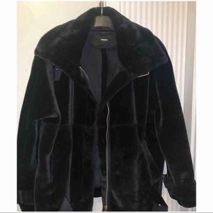 Inget fel på jackan. Varm och mysig!🌸 Köpte den nyligen här på Plick för 550kr men jag behöver den inte längre pga att jag köpte en dunjacka inför vintern istället. Pris kan diskuteras... frakt ingår🌸