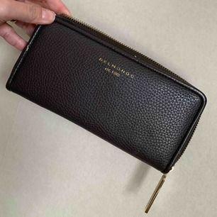 En Oanvänd plånbok från zalando med många fack se bild denna är present kostat 699. Har samlat plånböcker i många år nu ska den sälja den som bara ligga o dammar.