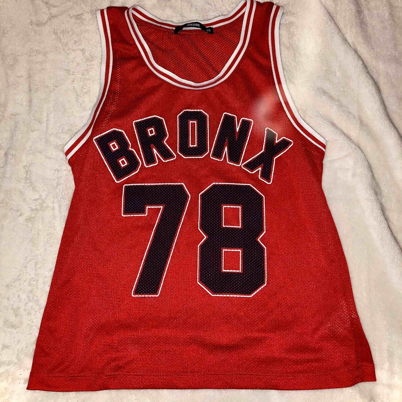 Röd basketlinne från bikbok, strl xs. Oanvänd, dock finns inga etiketter. Fri frakt . Huvtröjor & Träningströjor.