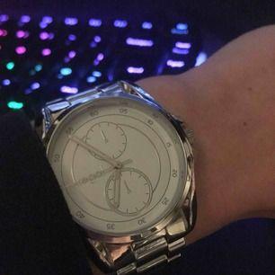 Säljer en fin silverfärgad klocka från Regal. Väldigt bra skick. Nypris 398. Batteri funkar som det ska och inga andra defekter. Inga repor på boet.
