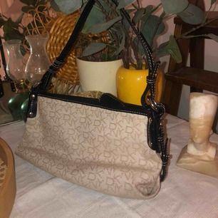 Snygg DKNY väska, från tidigt 00-tal! Inga fläckar eller liknande.🌸