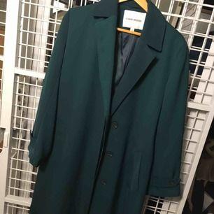 Rak lång mörkgrön kappa från Carin Wester 💚 frakt 63kr