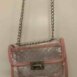 superfin genomskinlig väska med rosa detaljer. köpt ett tag sen men tyvärr  aldrig kommit till användning💕
