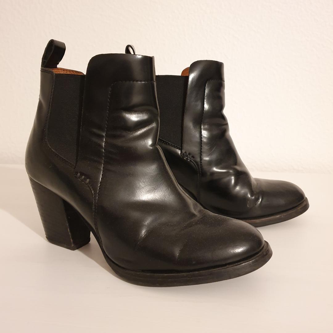 Svarta skor från H&M Conscious. Storlek 37. Nypris 699kr. Använda ett par gånger men i fint skick. Spårbar frakt 63kr tillkommer.. Skor.