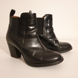 Svarta skor från H&M Conscious. Storlek 37. Nypris 699kr. Använda ett par gånger men i fint skick. Spårbar frakt 63kr tillkommer.