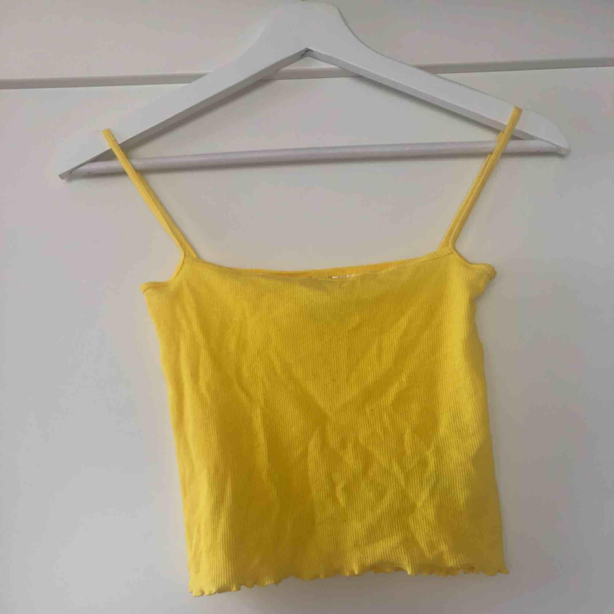 Superfin gult linne i storlek XS. Aldrig använd. Köparen står för frakten😊. Toppar.