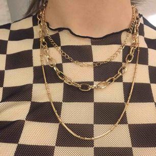 Ett guld halsbandmed tre olika kedjor i en från h&m, sparsamt använd och frakt kostar 9kr!❤️