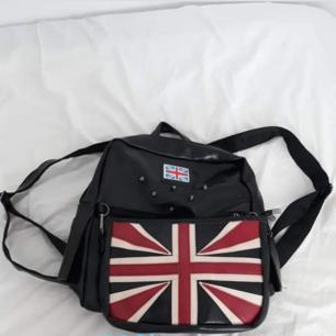 Säljer mina 2 väskor 150 kr/st eller 250 för båda Den svarta är aldrig använda, löstagbar flagga som blir en handväska om man tar av den, köpt i London  Den andra är använd ett fåtal gånger Båda är i befintliga skick Köparen står för frakt över 50kr Swish, kontant är möjligt om man möts upp