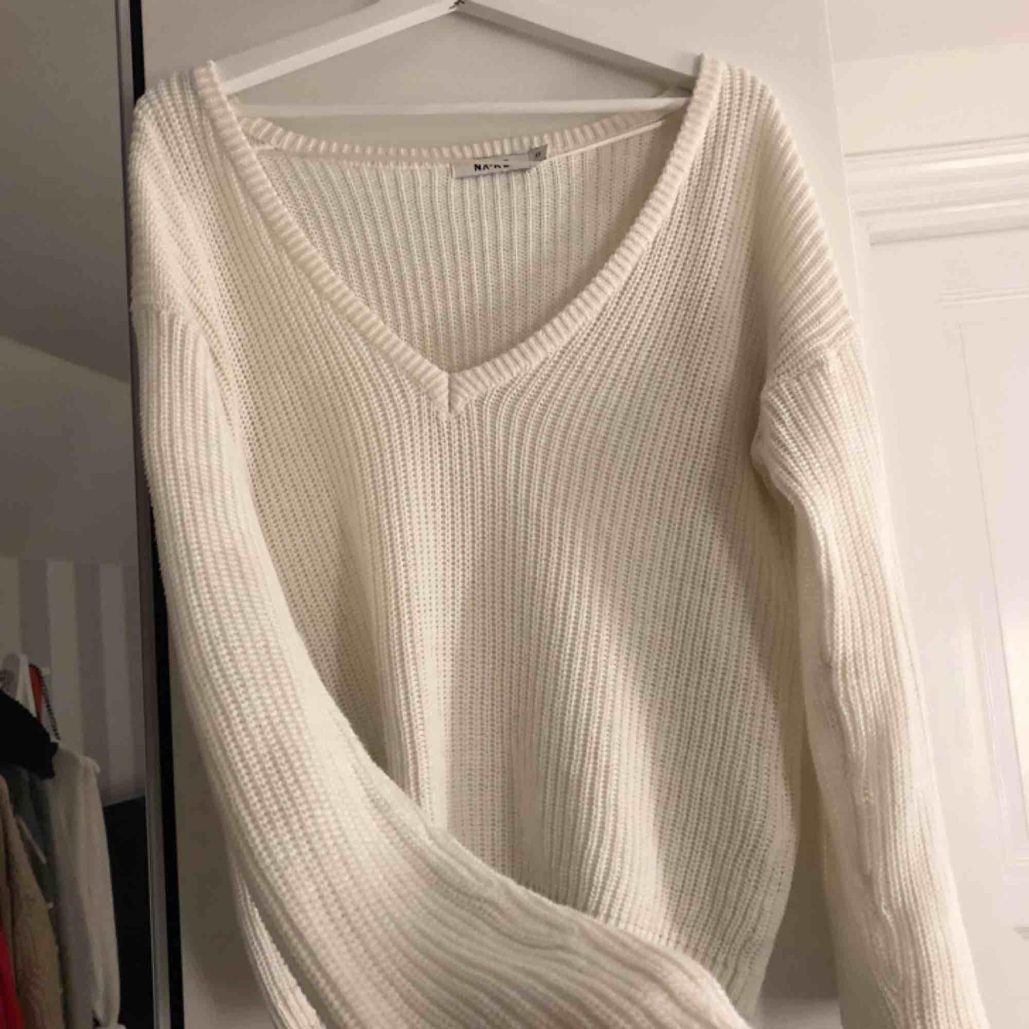 Vit stickad tröja från na-kd, den är knappt använd. Kan både användas som v-ringat fram och bak!😊. Stickat.