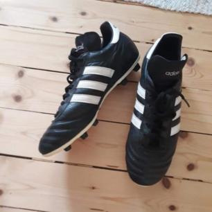 Fotbolls skor Använda en månad Gräsplan  Befintlig skick