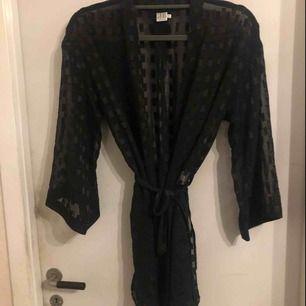 Jättesnygg fest-kimono säljes i fint skick. Strl: M men upplever den mer som one size.