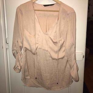 En fin och skön gammelrosa blus från Zara. Storlek S, använd men i gott skick.