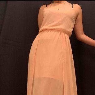 Söt klänning från bikbok, sparsamt använd men finns dock lite fläckar som inte går bort så vitt jag vet, där av priset (se bild 3)