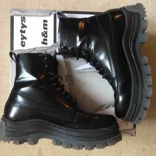 Eytys x HM boots. Sparsamt använda Tveka inte att kontakta mig vid intresse och fler bilder!